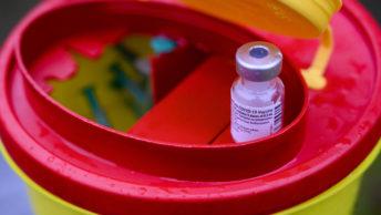 Die erste Impfstofflieferung während der Corona-Pandemie in Bochum, aufgenommen am 27.12.2020 am Haus an der Grabelohstraße.