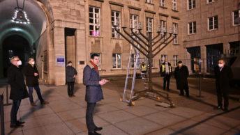 Bochums Oberbürgermeister Thomas Eiskirch bei der Chanukka-Feier auf dem Willy-Brandt-Platz vor dem Rathaus
