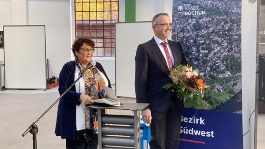 Bezirksvertretung Bochum-Südwest: Konstituierung (04.11.2020): Altersvorsitzende Brigitte Kirchhoff (SPD) und der (erneut) gewählte Bezirksbürgermeister Marc Gräf (SPD) mit Blumen #bvBOsuedwest