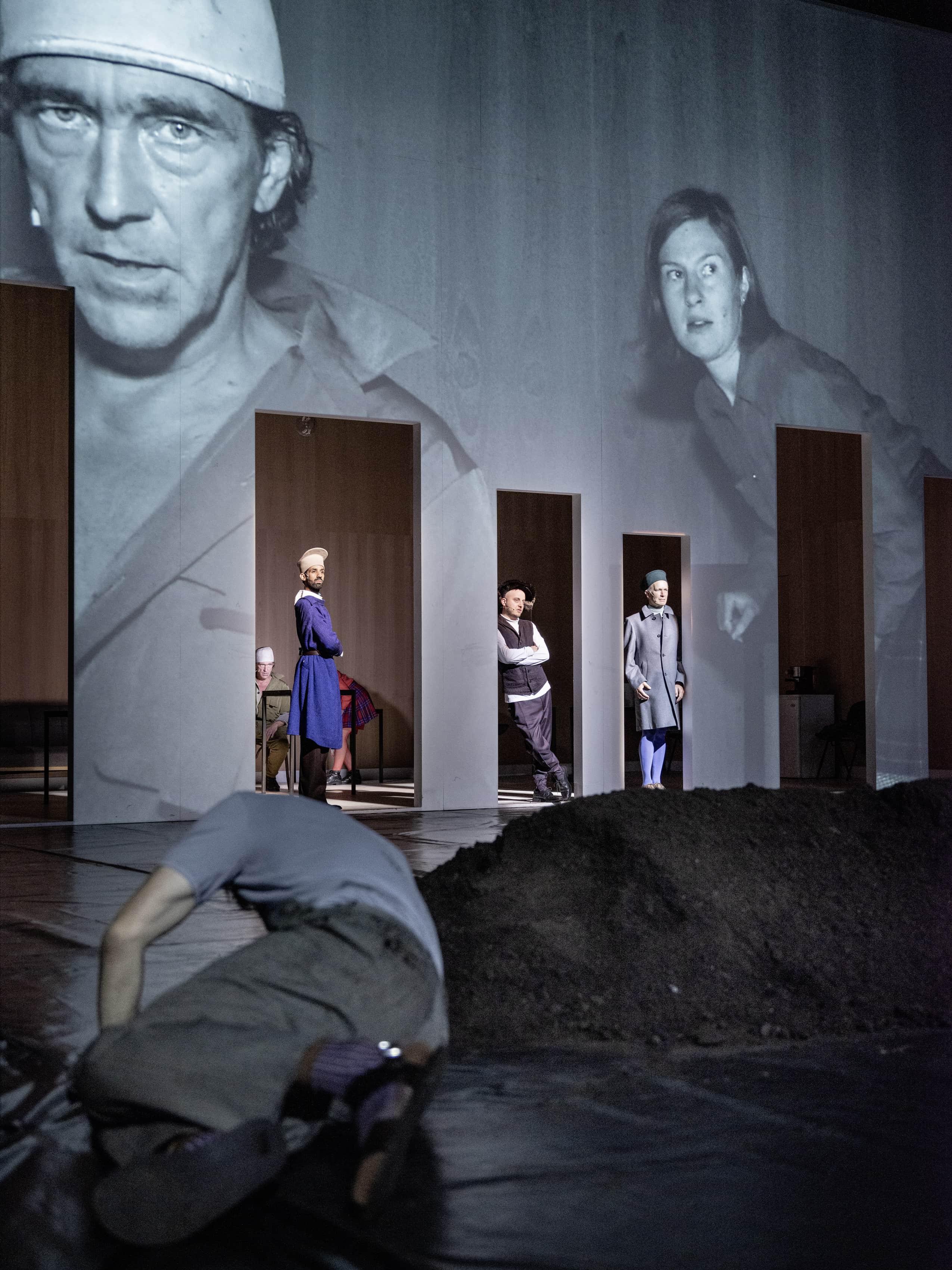 King Lear: Steven Scharf (vorn), Stefan Hunstein, Mourad Baaiz, Patrick Berg, Michael Lippold (v. li.) © JU Bochum