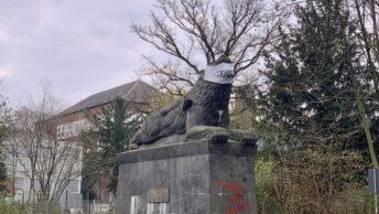 Schiller-Schule in Bochum (Löwendenkmal mit Maske)