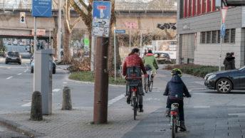 Gefährliche Enge auf unzureichenden Radverkehrsführungen mit zu vielen Hindernissen (hier: Kreuzung Viktoriastrasse/Humboldstrasse stadtauswärts)