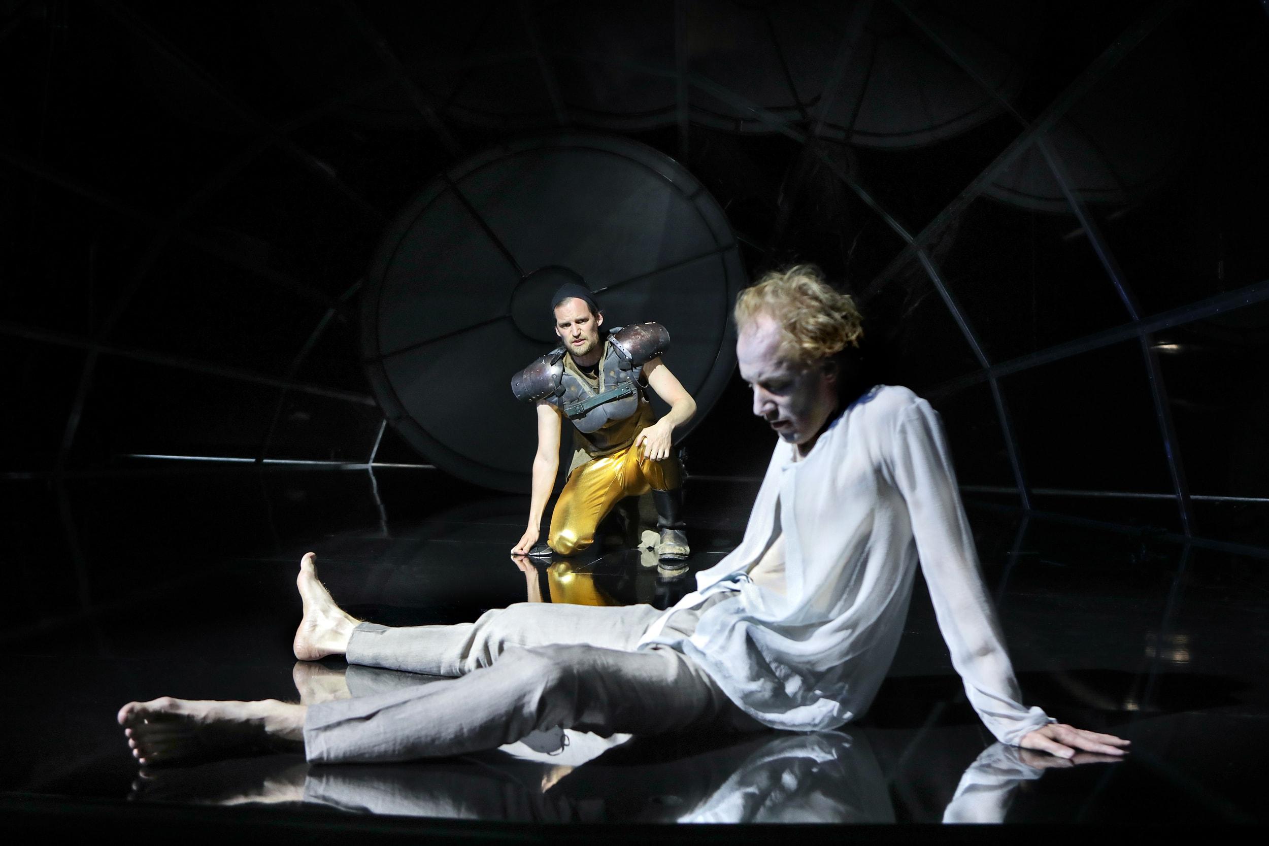 Der gefesselte Prometheus: Lukas von der Lühe (Hephaistos) und Konstantin Bühler (Prometheus)