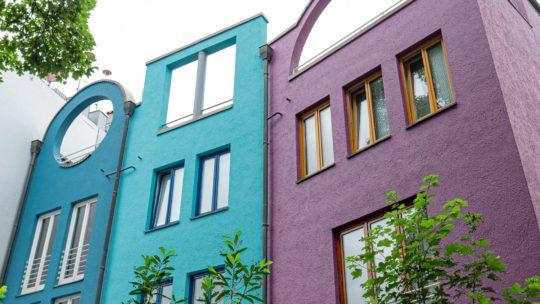 Symbolbild: Farbenfrohe Architektur in einer Stadt