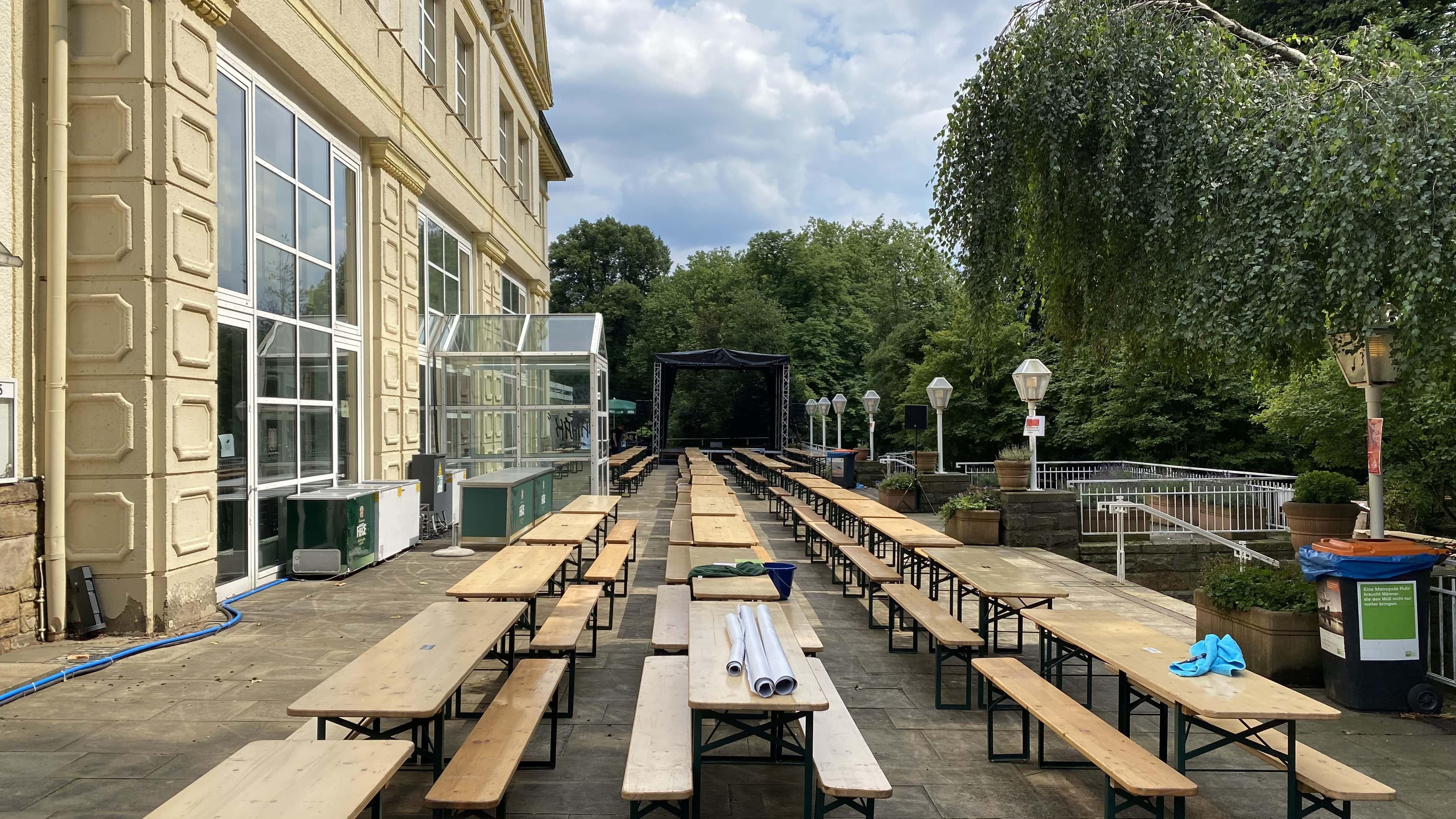 Terassenbereich im Bierkulturgarten mit der Bühne im Hintergrund