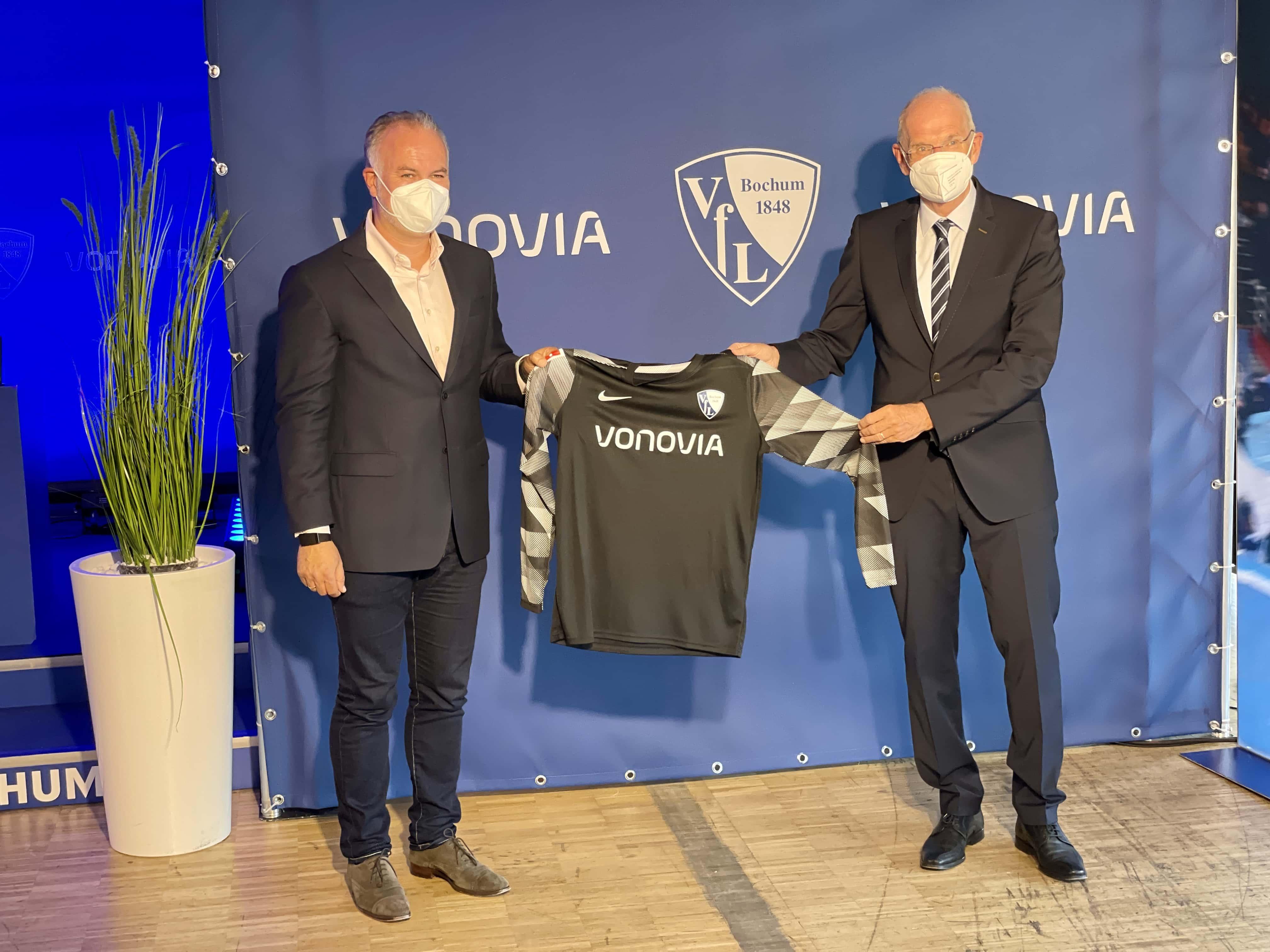 Arnd Fittkau (Vonovia) und Hans-Peter Villis (VfL Bochum) zeigen am Torwart-Trikot wie das Vonovia-Logo auf der Brust des VfL Bochum aussieht