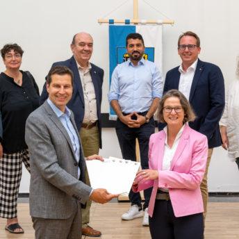 Übergabe von Zuwendungsbescheiden durch Ministerin Ina Scharrenberger an Oberbürgermeister Thomas Eiskirch - mit weiteren politischen VertreterInnen