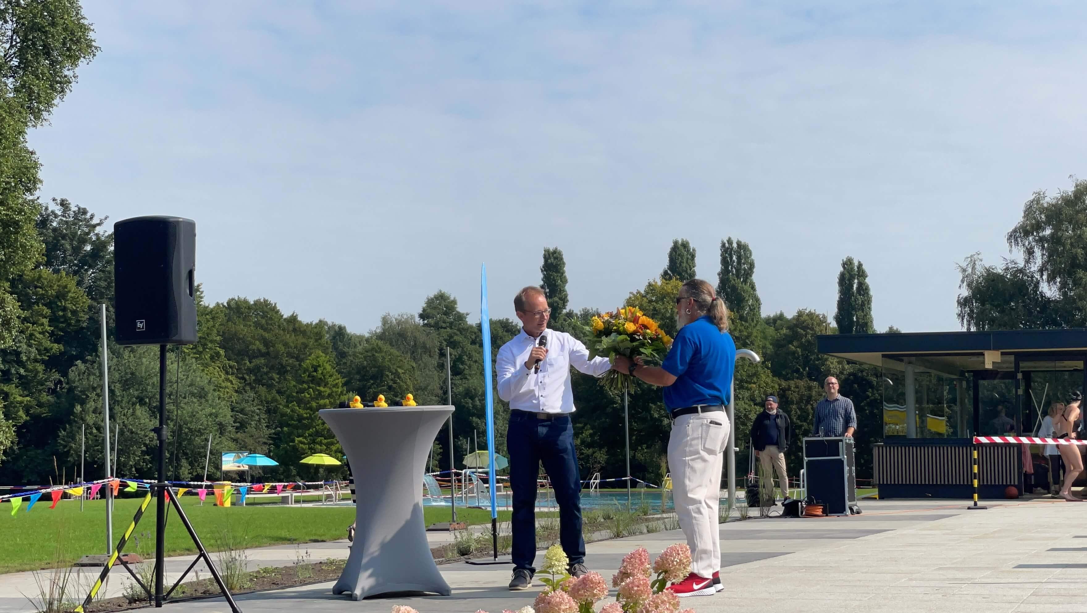 Freibad Werne (WasserWelten Bochum): Holger Rost übergibt Joachim Maier einen Blumenstrauß