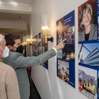 Die Fotogalerie mit Portraits der ehemaligen Oberbürgermeisterin und Oberbürgermeister der Stadt Bochum wird am 08.09.2021 im Rathaus in Bochum eröffnet.