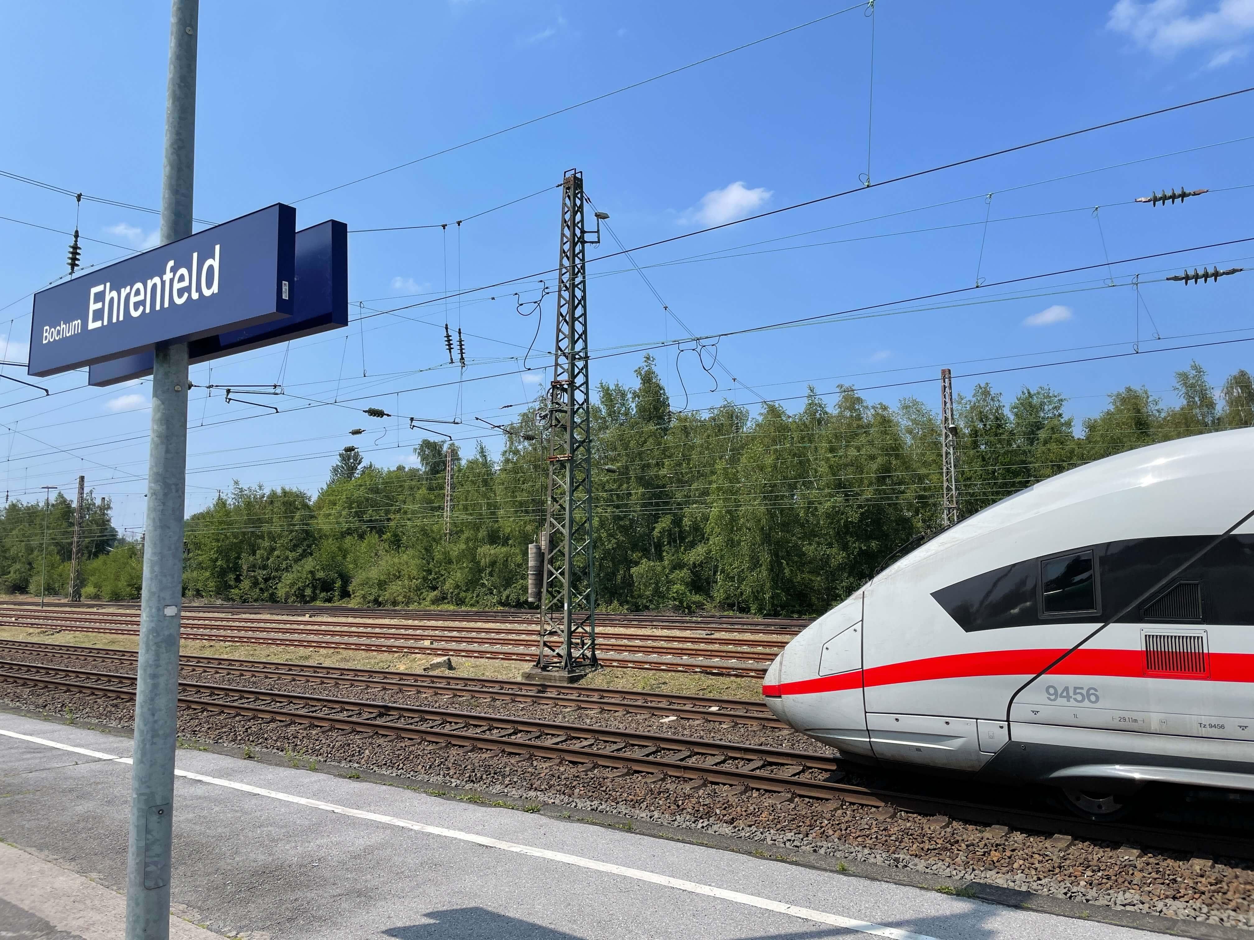 ICE der durch den Bahnhof Bochum-Ehrenfeld fährt